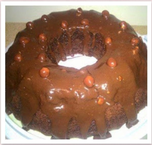 Stroperige Sjokolade Koek met Neute Bolaag